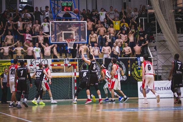 Rajských basketbalistov hnala v pred početná divácka kulisa.