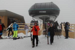 Na snímke lyžiari vychádzajú z vrcholovej stanice novej lanovej dráhy v lyžiarskom stredisku v Bachledovej doline v Ždiari