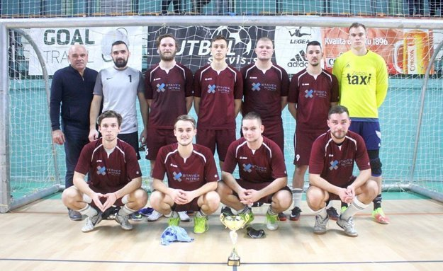 Kostoláni (v hornom rade prvý zľava) prekvapujúco doviedol Čeľadice do finále.