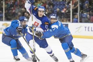 Adam Ružička (uprostred) sa snaží presadiť sa medzi dvomi protihráčmi.