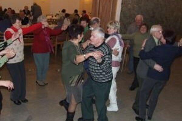 Dôchodcovia po schôdzi ukázali, že sa vedia aj zabávať.
