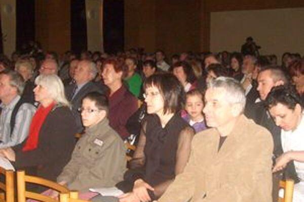 Publikum na oslavách počas kultúrneho programu.