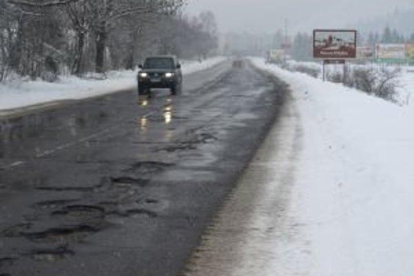 Cesty sú vytlčené, na dierach si vodiči ničia autá. Kvalitného asfaltu sa však tak skoro nedočkajú.