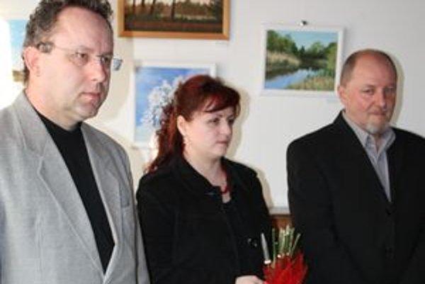 Otec Jozef (vľavo) s dcérou Lenkou a prednostom úradu počas vernisáže.