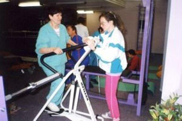 """Pri skleróze multiplex pacientom tuhnú svaly, znehybnievajú kosti, preto je pre nich cvičenie veľmi dôležité. """"Cvičením sa však choroba dá len držať trochu na uzde, vyliečiť sa z nej nedá,"""" poznamenala Eva Běhalová."""