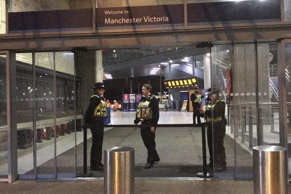 Policajti hliadkujú na hlavnej železničnej stanici v anglickom meste Manchester.