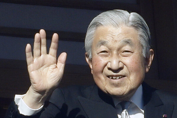 Japonský cisár Akihito máva z balkóna cisárskeho paláca.