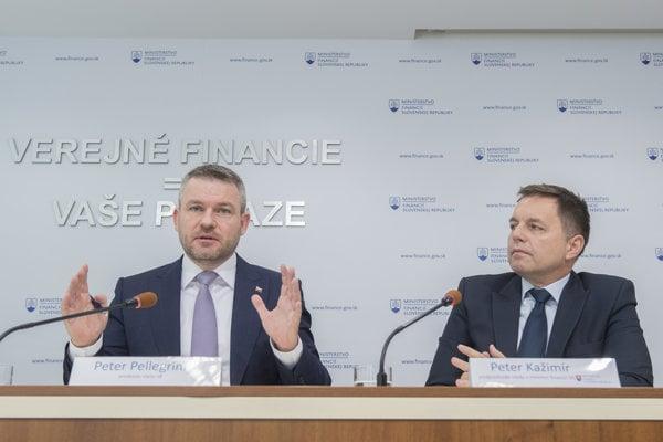 Na snímke vľavo predseda vlády Peter Pellegrini a vpravo minister financií Peter Kažimír.