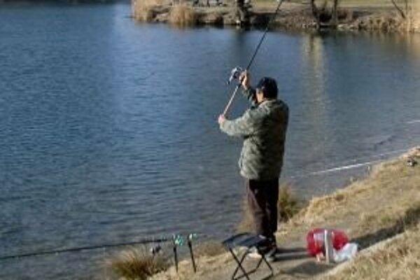 Počas oficiálneho otvorenia pstruhovej sezóny prišlo na brehy Váhu v hornom Liptove len niekoľko rybárov.