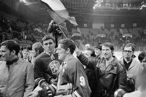 Po víťaznom zápase ČSSR – ZSSR zdravia Václav Nedomanský a kapitán Jozef Golonka štokholmské publikum.