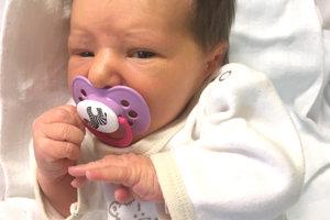 Cyntia Szollosziová zo Šiah porodila 3. decembra partnerovi Erikovi Liptákovi dcérku REBEKU. Malá Rebeka po narodení vážila 3 kg a merala 49 cm.