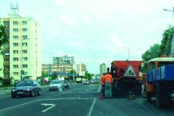 Robotníci museli po reklamácii zle opravenú cestu opäť opraviť.