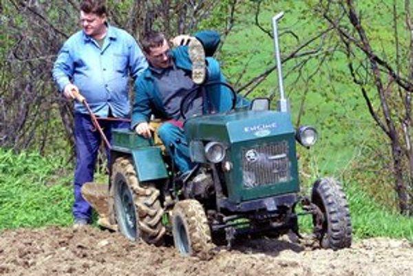 Gazdovia sa sťažujú, že s podomácky vyrobenými malotraktormi nesmú vyjsť už ani na miestne komunikácie a cesty III. triedy.