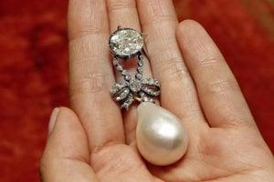 Takzvaná Perla kráľovnej Márie Antoinetty, prívesok s diamantmi a s veľkou perlou v tvare kvapky.