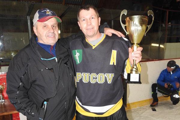 Za Pucov prevzal víťazný pohár kapitán Jozef Bečka.