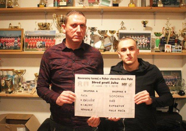 Ladislav Herák a Lukáš Herák z FC Pata pózujú s výsledkom žrebu turnaja.