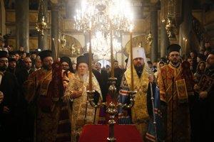 Podpis tomosu, vpred konštantínopolský patriarcha Bartolomej a hlava novej ukrajinskej cirkevi Epifanius.