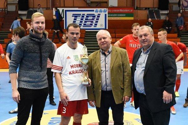 Víťazný pohár prevzal Ronald Frkala. Blahoželali mu Tibor Rábek a Ladislav Kokeš.