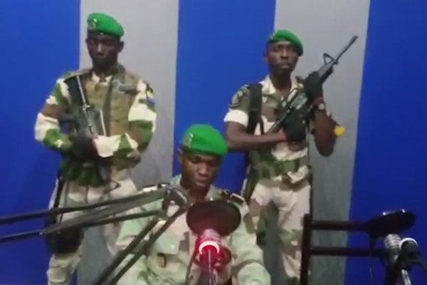 Gabonskí vojaci v televízii.