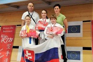 Zľava: Ingrid Marková ml., tréner Michal Rusnák, Stella Patai, Miriam Wenderlová, trénerka Ingrid Marková.