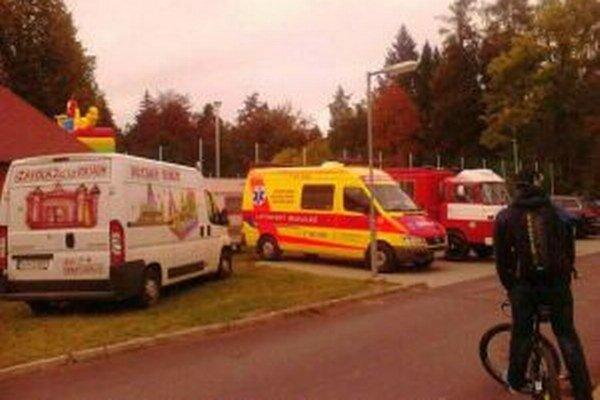 Len vďaka rýchlemu prevozu záchranármi a okamžitej pomoci lekárov mladík prežil.