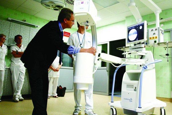 Nový prístroj ukáže, ako sa pri pohybe kosti od seba vzďaľujú a približujú. Lekár ihneď vie, ako má úraz liečiť. Vyskúšal si ho aj zástupca riaditeľa nemocnice Ladislav Slobodník.
