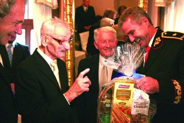 Vďaka skromnému jedálnemu lístku sa dožil sto rokov. Koloman Palenčár (vľavo), Jaroslav Tomčík (v strede) a Tibor Gašpar.