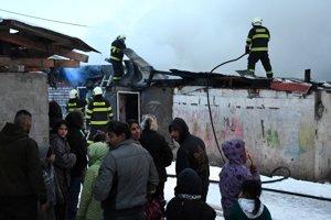 Hasiči bojovali s plameňmi v sečovskej osade.