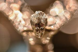 Soška Spirit of Ecstasy, tiež nazývaná Emily alebo Lietajúca dáma na kapote automobilu Rolls Royce.