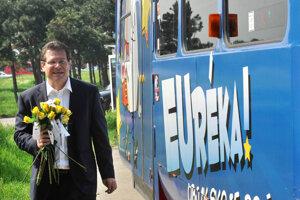 9. máj 2013. Podpredseda Európskej komisie Maroš Šefčovič prišiel osláviť a propagovať Deň Európy do Bratislavy jazdou bezplatnou európskou električkou Euréka, počas ktorej spolu so svojimi spolupracovníkmi obdarovával cestujúcich žltými ružami symbolizujúcimi eurohviezdy.