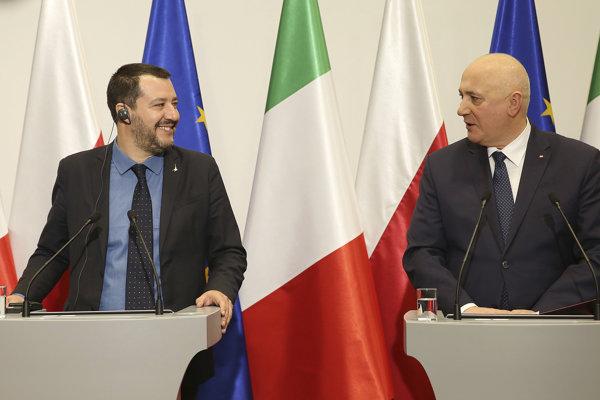 Taliansky minister vnútra Matteo Salvini (vľavo) a jeho poľský náprotivok, minister Joachim Brudzinski.