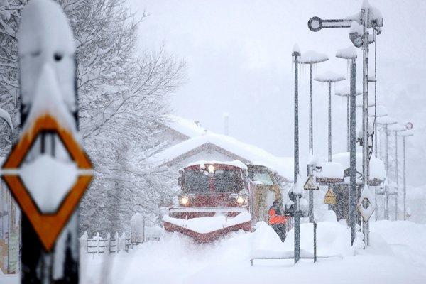Niekoľko železničných tratí v Alpách pre sneženie zatvorili.
