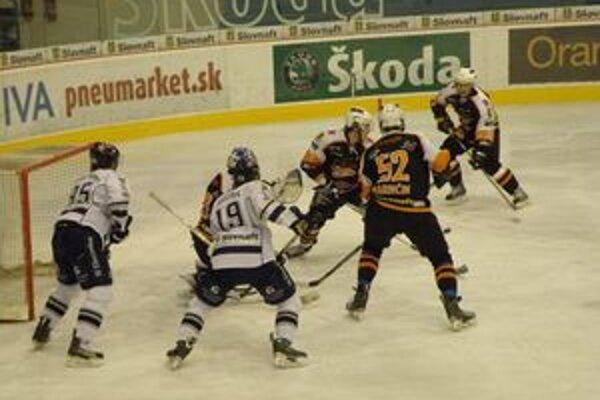 Hujsa (druhý zľava) dal prvé dva góly Slovana v Púchove.