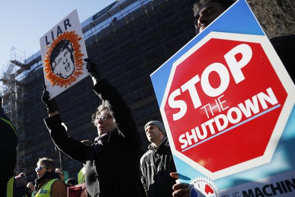 Federálni zamestnanci protestujú proti pokračujúcemu shutdownu.