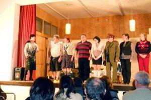 Ochotníci odohrali prvú sériu predstavení a mali u divákov veľký úspech.