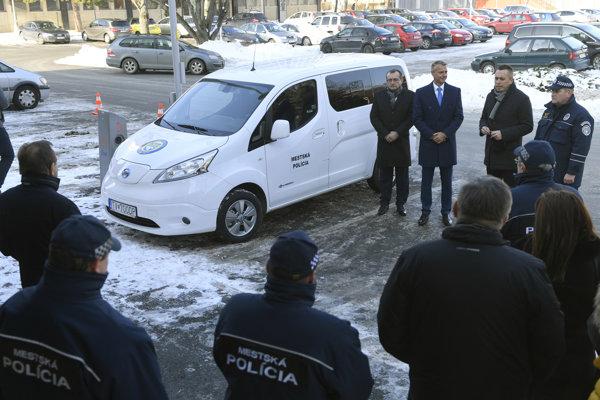 Trebišovskí mestskí policajti majú elektromobil.