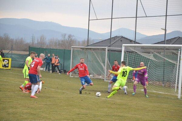 Borčice (v červenom) na jar odohrali pohárový duel so Žilinou a v jarnej časti už nepokračovali.
