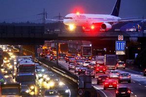 Nepriaznivé počasie komplikuje dopravu v Nemecku.