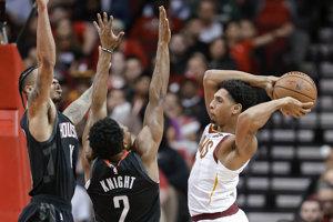 Cameron Payne (vpravo) z tímu Cleveland Cavaliers sa snaží prihrať cez obrancov Houstonu Rockets.