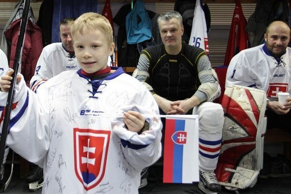 Predstavili sa na svetovom šampionáte. Za mladíkom je trochu zakrytý Michal Mravec, Ivan Droppa a Miroslav Kruppa.