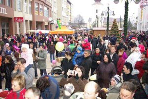 Vianočnú výzdobu nainštalovali v Púchove ešte pred jarmokom na Mikuláša.