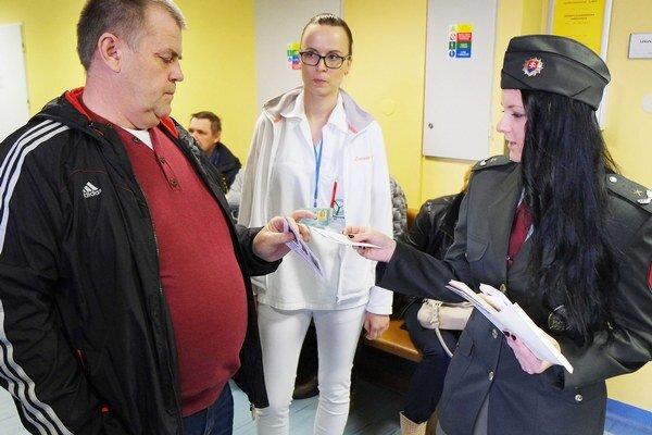Na ostražitosť pri čakaní na vyšetrenie upozorňovali pacientov ružomberskí policajti a personál nemocnice.