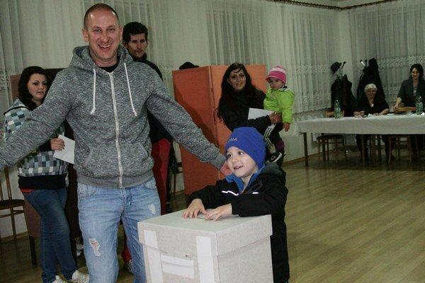Vladimír býva v Ružomberku, trvalé bydlisko má ešte stále v Stankovanoch. Voliť prišiel aj so synom, ktorý mu veľmi vďačne asistoval.