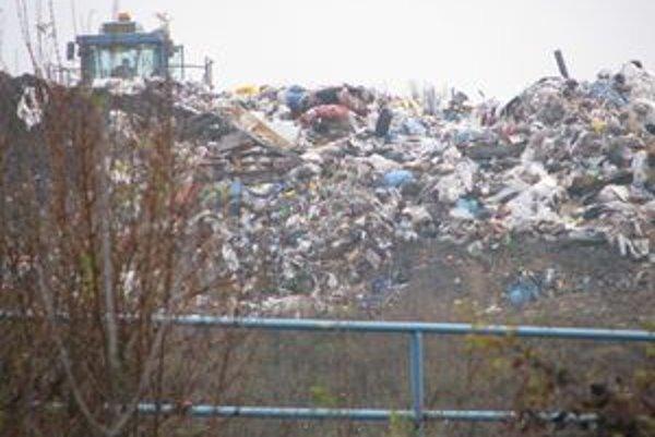 Začína sa zapĺňať, vyvážajú na ňu odpad z viacerých okresov.