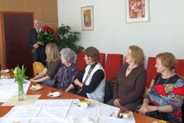 Starosta venoval učiteľom a zamestnancom materskej a základnej školy ruže.
