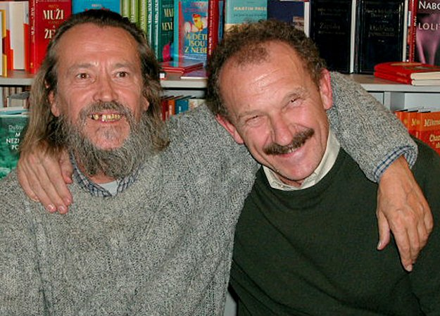 S priateľom spisovateľom Dušanom Mitanom.