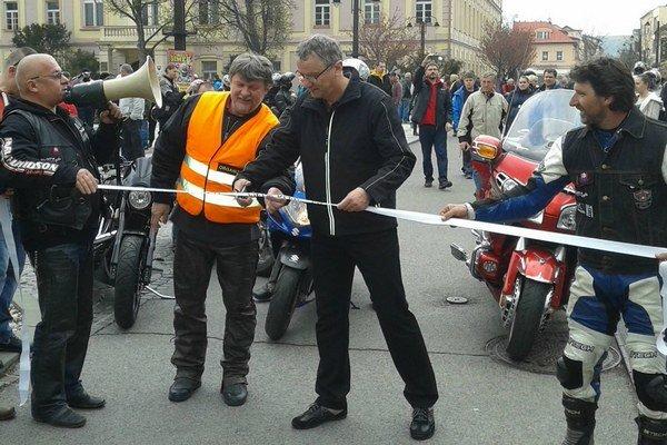 Na fotografii vľavo organizátor Miroslav Turza a pásku prestrihol zástupca primátora Jozef Repaský  (uprostred).