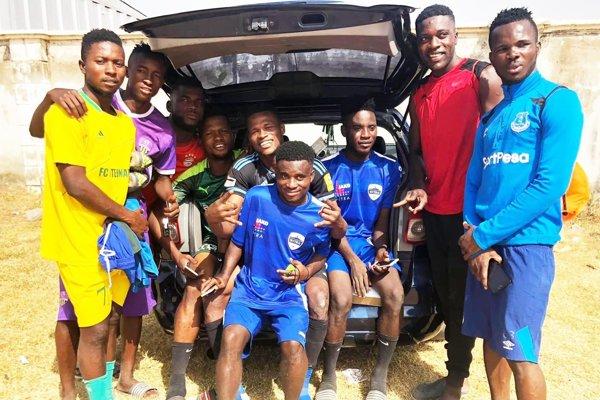 Abdulrahman Taiwo strávil dovolenku doma v Nigérii s rodinou a kamarátmi. Na snímke sedí v strede.