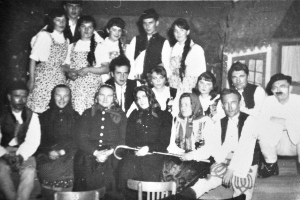 Staré fotografie chlebnického ochotníckeho súboru vyvolali veľký záujem ľudí.