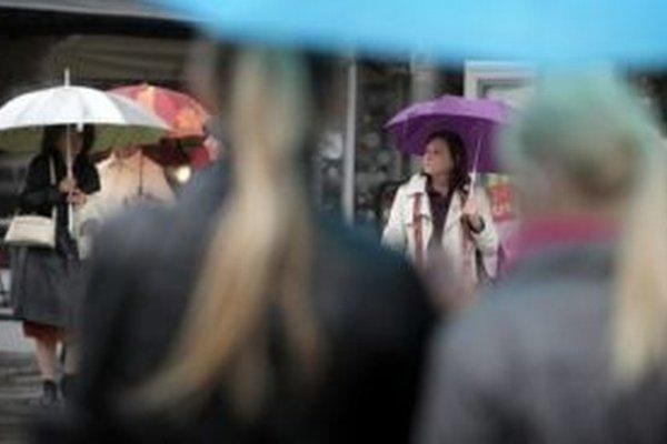 Dnes si dáždniky radšej doma nezabudnite.